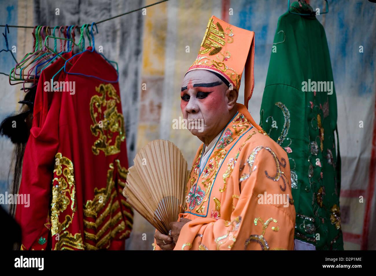 Ein Schauspieler wartet hinter der Bühne während einer Straßenperformance in Bangkok, Thailand Stockbild