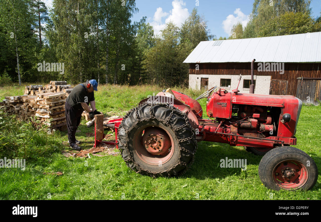 tractor firewood stockfotos tractor firewood bilder alamy. Black Bedroom Furniture Sets. Home Design Ideas