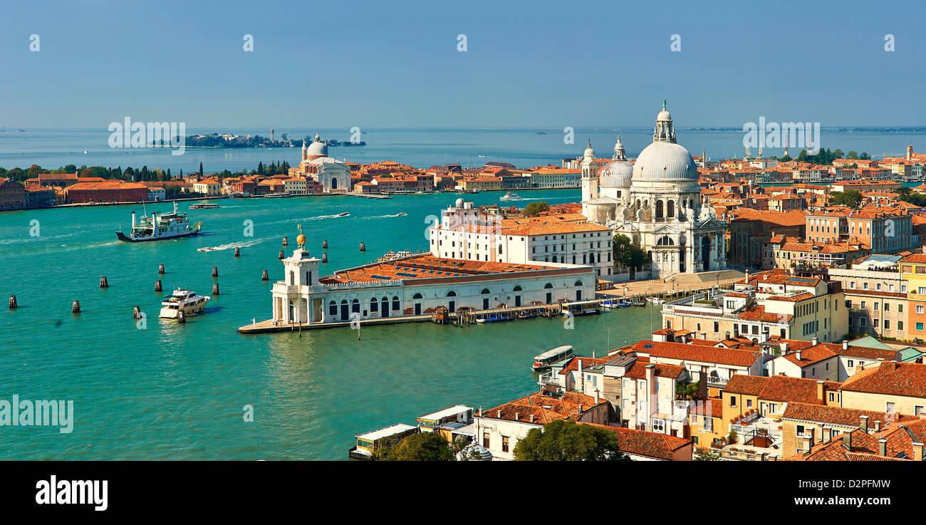 Die Punta della Dogana und Santa Maria della Salute über den Canale della Giudecca, Venedig Italien Stockfoto