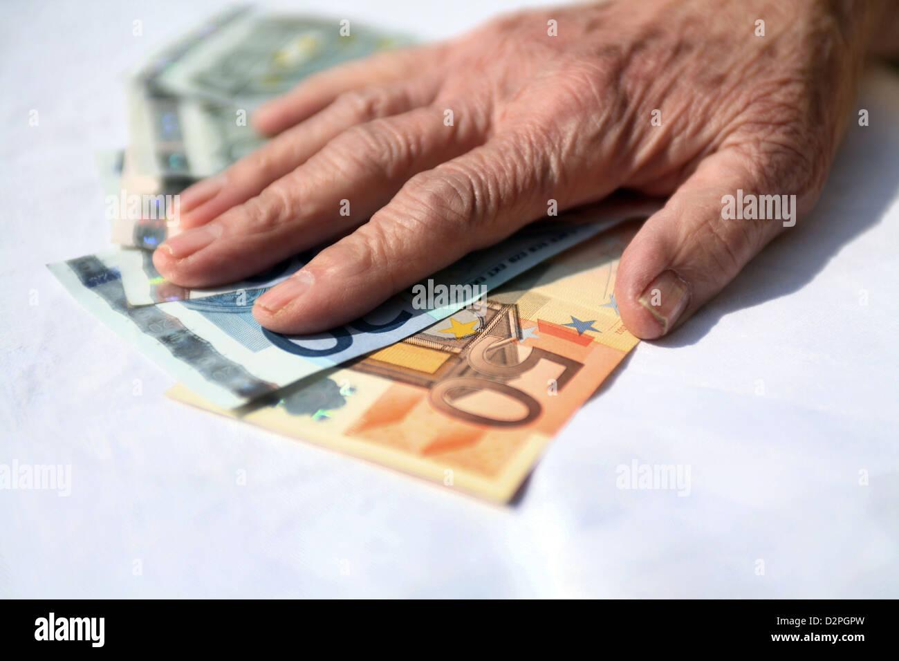 Berlin, Deutschland, sind die Hände eines Rentners auf Banknoten Stockbild