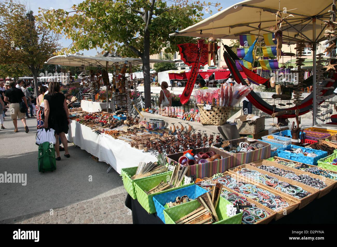 Stände auf dem Wochenmarkt findet jeden Sonntag in Ile Sur la Sorgue, Provence, Frankreich, Europa Stockbild