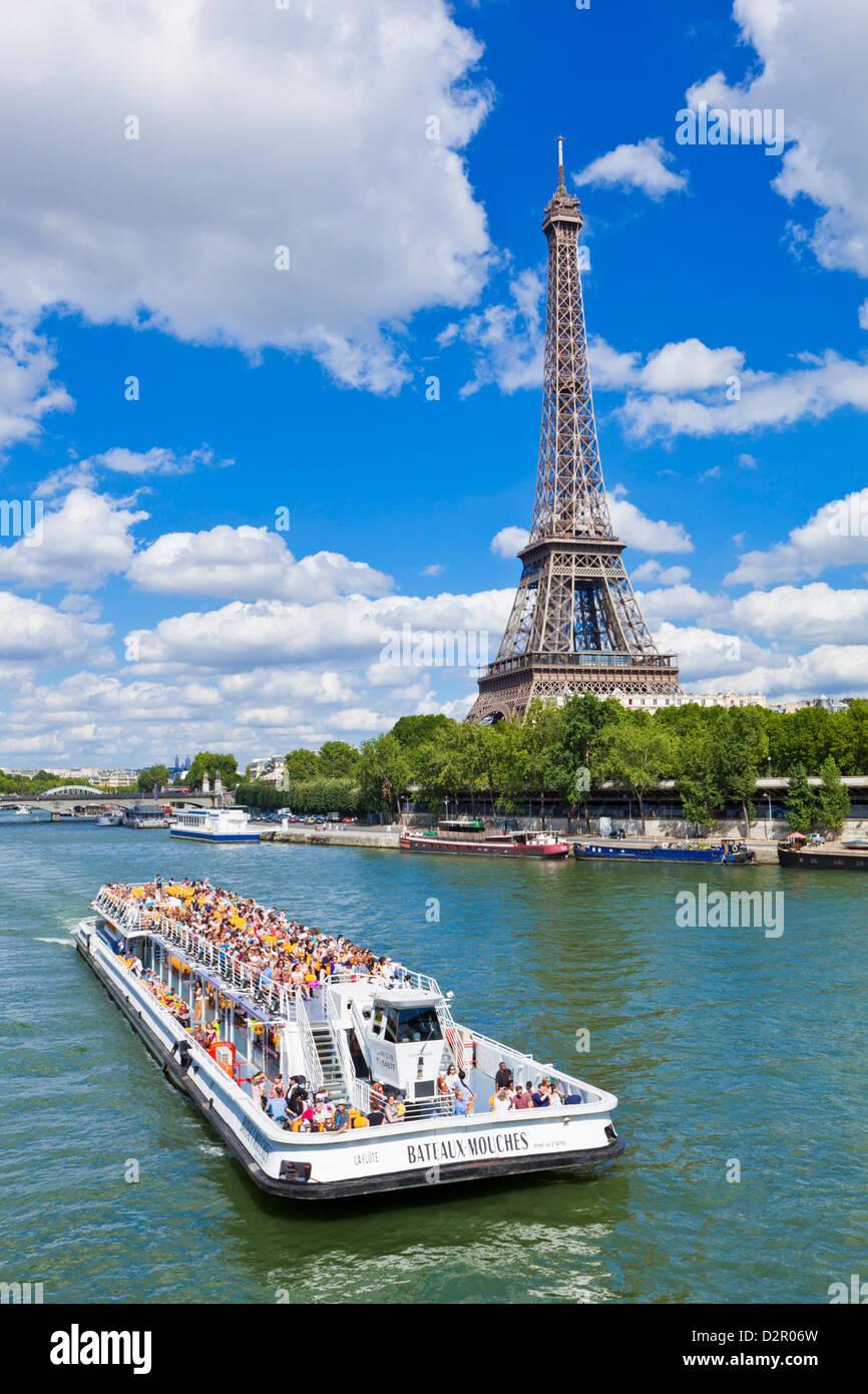 Bateaux Mouches Tourenboot am Ufer vorbei an den Eiffelturm, Paris, Frankreich, Europa Stockbild