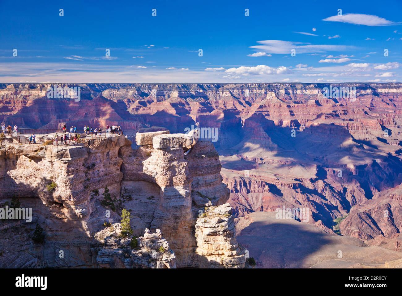 Touristen am Mather Point overlook, South Rim, Grand Canyon National Park, Arizona, USA Stockbild