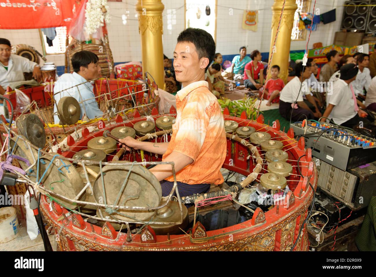 Die Hsaing-Waing, ein traditionelles birmanischen folk musikalisches Ensemble, Festival der Ko Myo Shin, Pyin U Stockbild