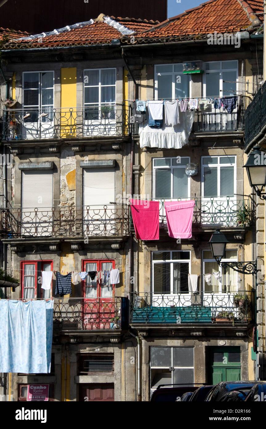 Wohnungen in einer Wohnstraße mit traditionellen schmiedeeisernen Balkonen, auswaschen hängen in der Sonne, Stockbild