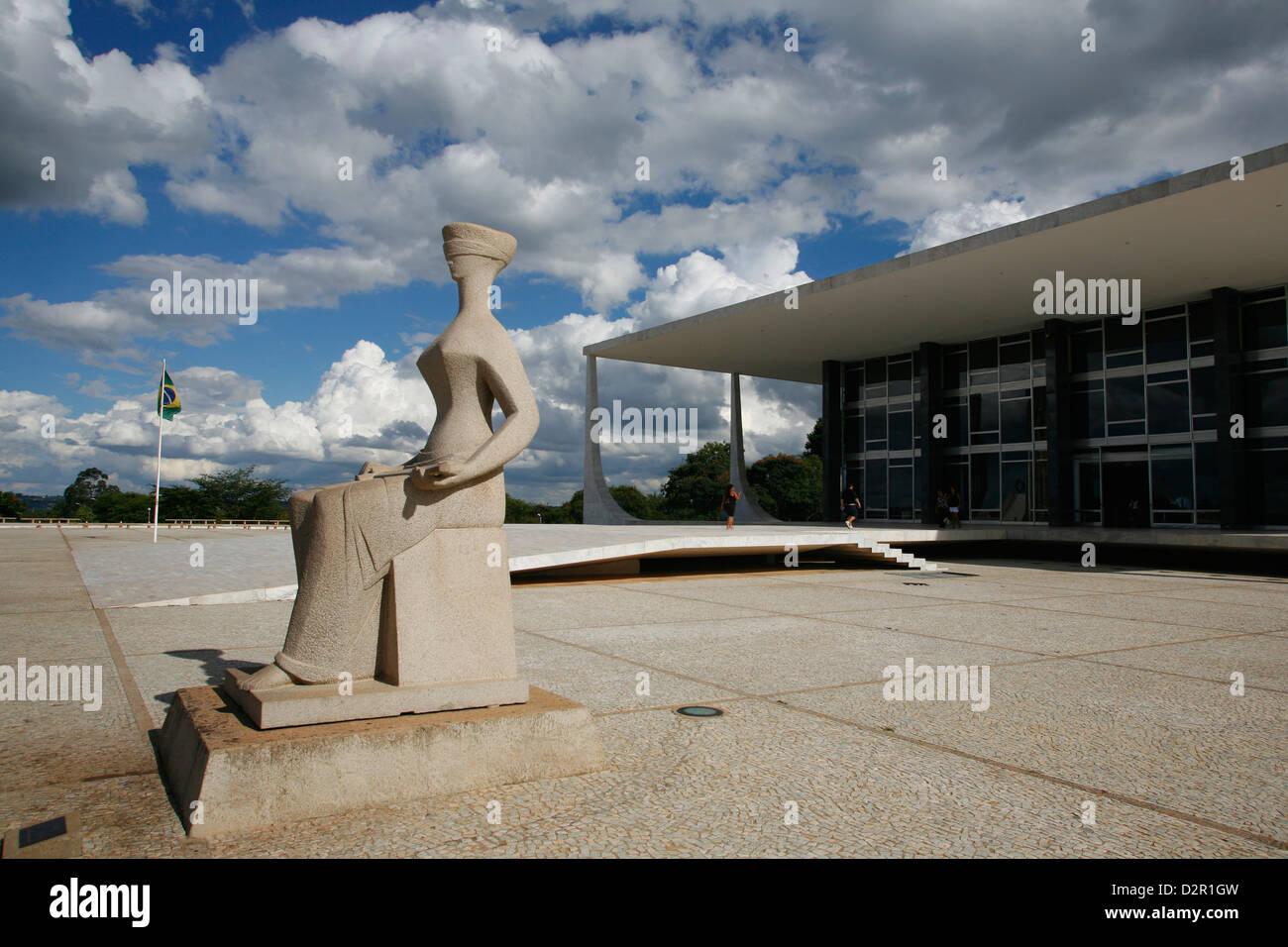 Justiz-Skulptur vor dem Supremo Tribunal Federal (oberste Eidgenössische Tribuna), Brasilia, Brasilien Stockbild