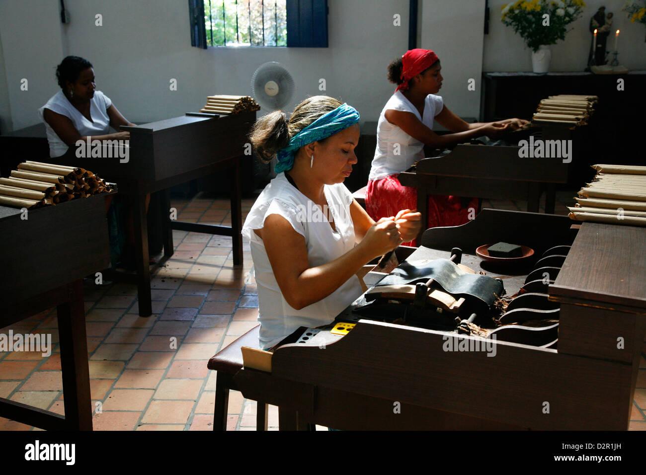 Frauen, die Zigarren in der Dannemann-Fabrik in Sao Felix, Bahia, Brasilien, Südamerika Stockbild