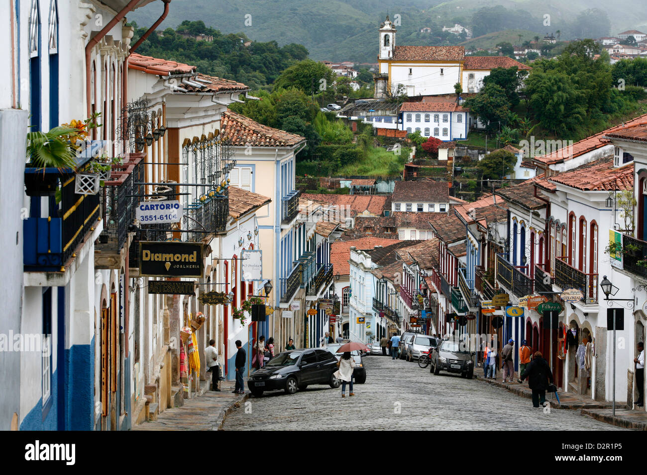 Straßenszene mit Kolonialbauten in Ouro Preto, UNESCO-Weltkulturerbe, Minas Gerais, Brasilien, Südamerika Stockbild
