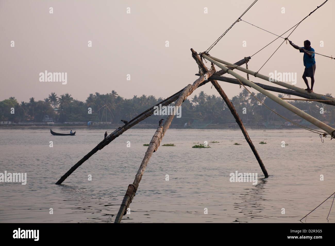 Fischer am chinesischen Fischernetz an der Uferpromenade in Kochi (Cochin), Kerala, Indien, Asien Stockbild