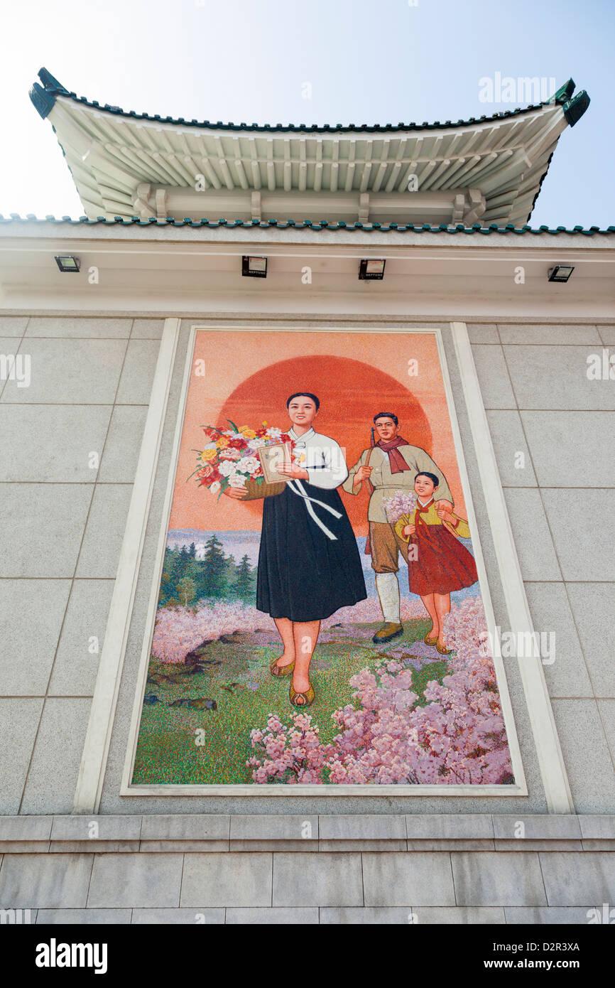 Bunte Wandmalereien außerhalb des Nationaltheaters, Pyongyang, Nordkorea Stockbild
