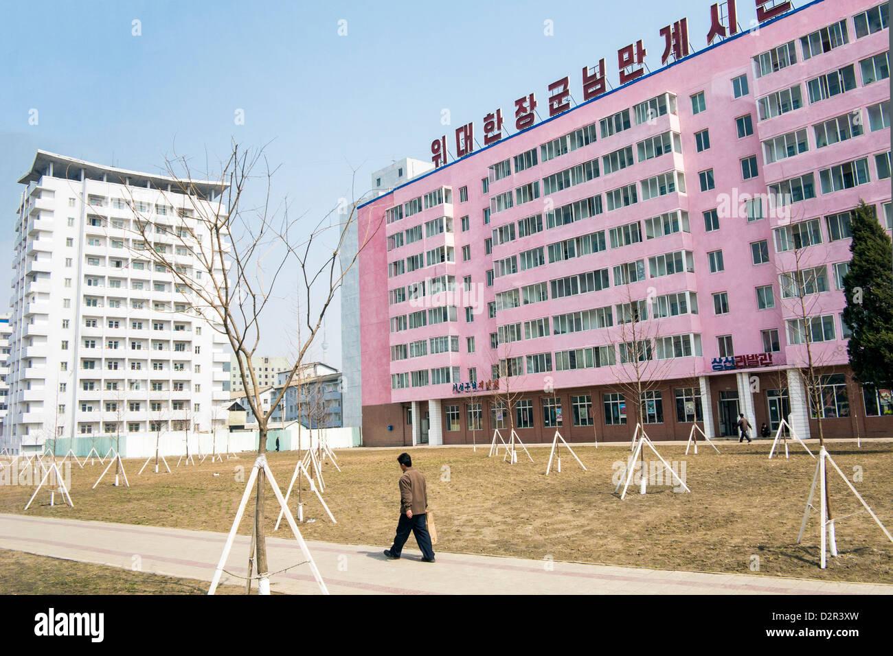Typische städtische Straßenszene in der Hauptstadt Pjöngjang, Demokratische Volksrepublik Korea (DVRK), Stockbild