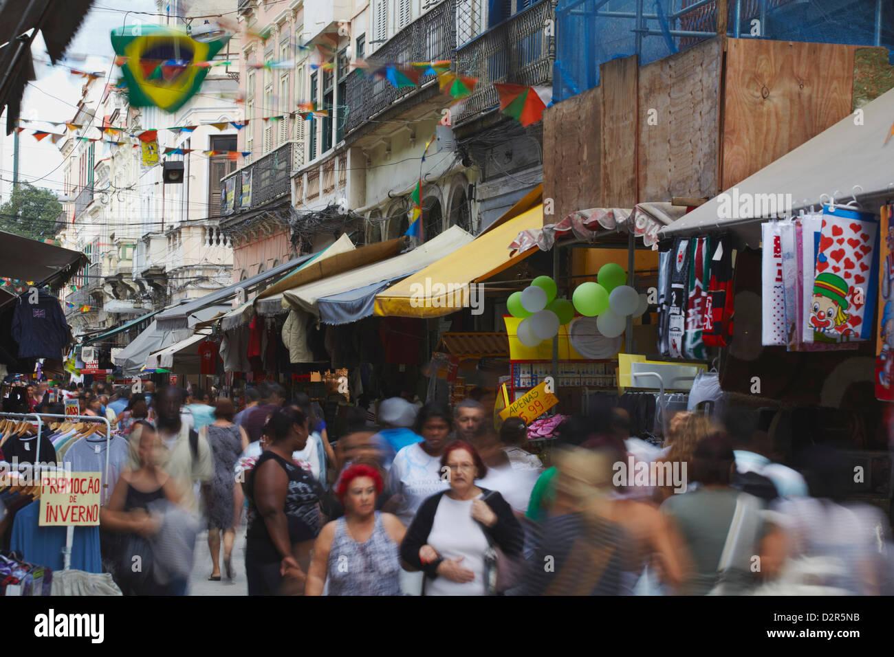 Menschen zu Fuß entlang der Fußgängerzone von Saara Bezirk, Centro, Rio De Janeiro, Brasilien, Südamerika Stockbild