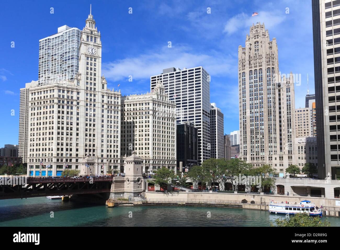 Das Wrigley Building und Tribune Tower, über den Chicago River, North Michigan Avenue, Chicago, Illinois, USA Stockfoto