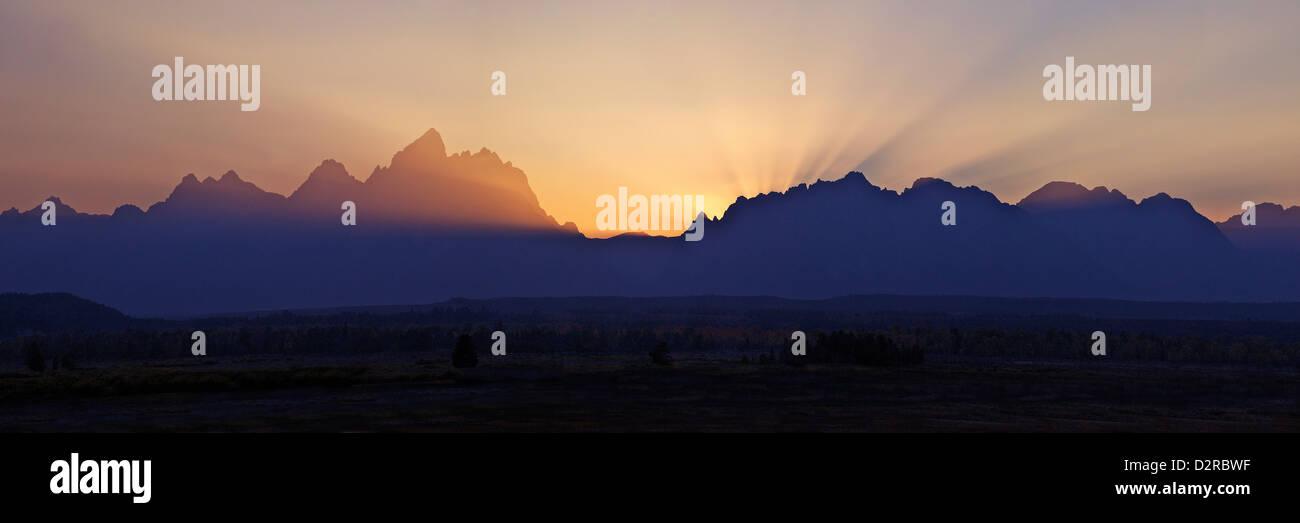 Panorama-Foto des Sonnenuntergangs über der Kathedrale-Gruppe von Bergen, Grand-Teton-Nationalpark, Wyoming, Stockbild