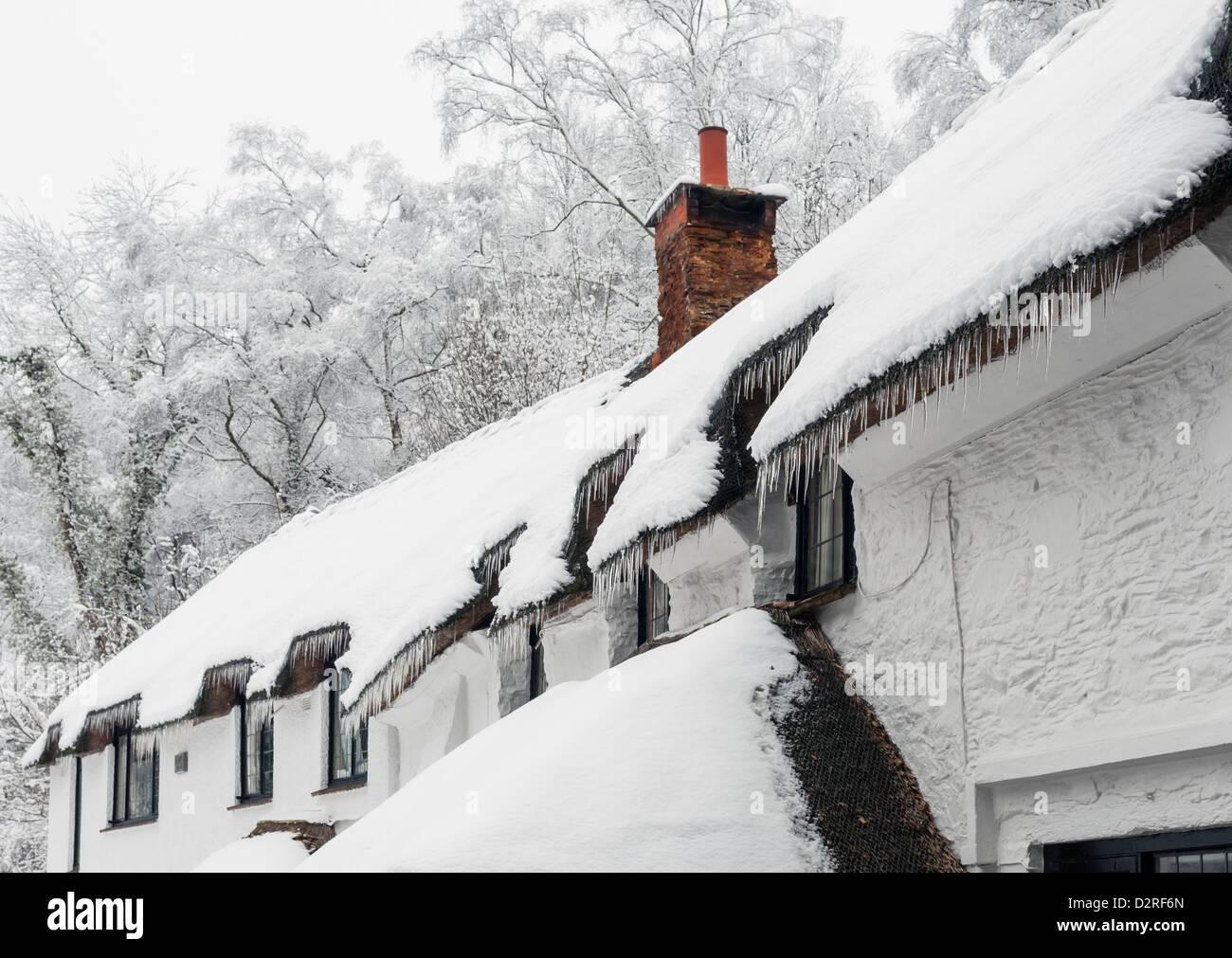 Eine strohgedeckte Hütte bedeckt Schnee und Eiszapfen, bei extrem kaltem Wetter, 2012. Stockbild