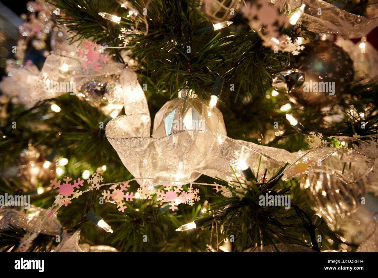 Weihnachtskugel und Dekorationen auf nordamerikanischen künstlicher Baum Stockbild