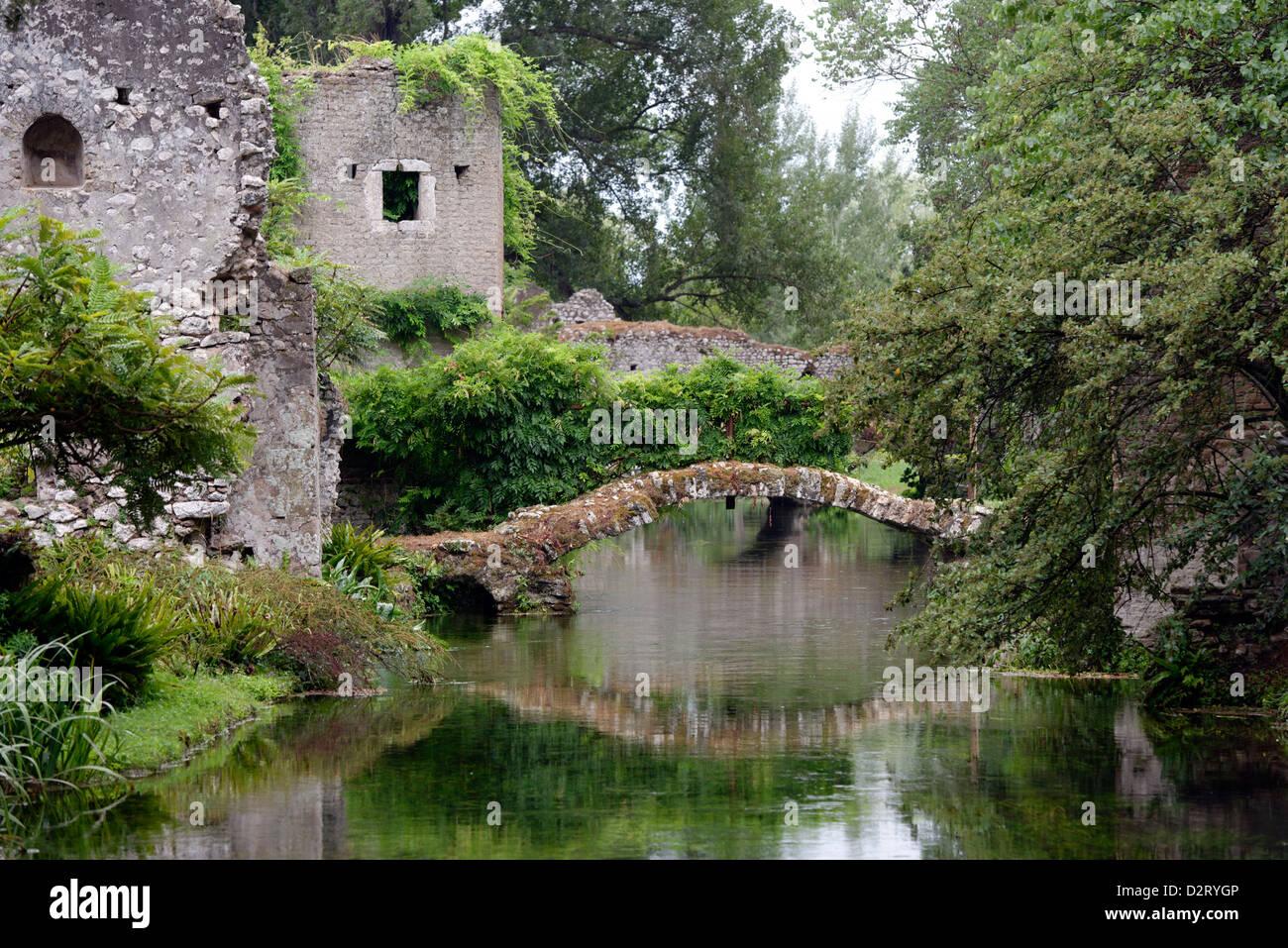blick entlang der romantischen fluss und den ponte romano r merbr cke garten von ninfa lazio. Black Bedroom Furniture Sets. Home Design Ideas