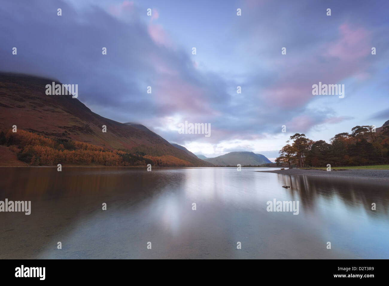 Buttermere in der Abenddämmerung, Nationalpark Lake District, Cumbria, England, Vereinigtes Königreich, Stockbild