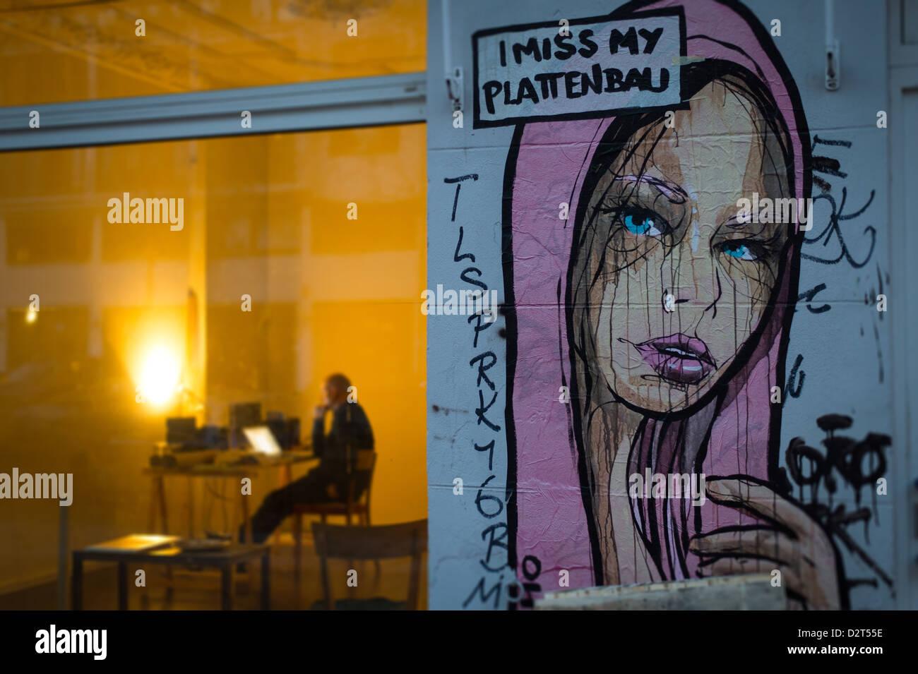 Berlin, Deutschland, der Mann sitzt vor einem Computer in einem Geschäft in der Senefelderstraße Stockbild