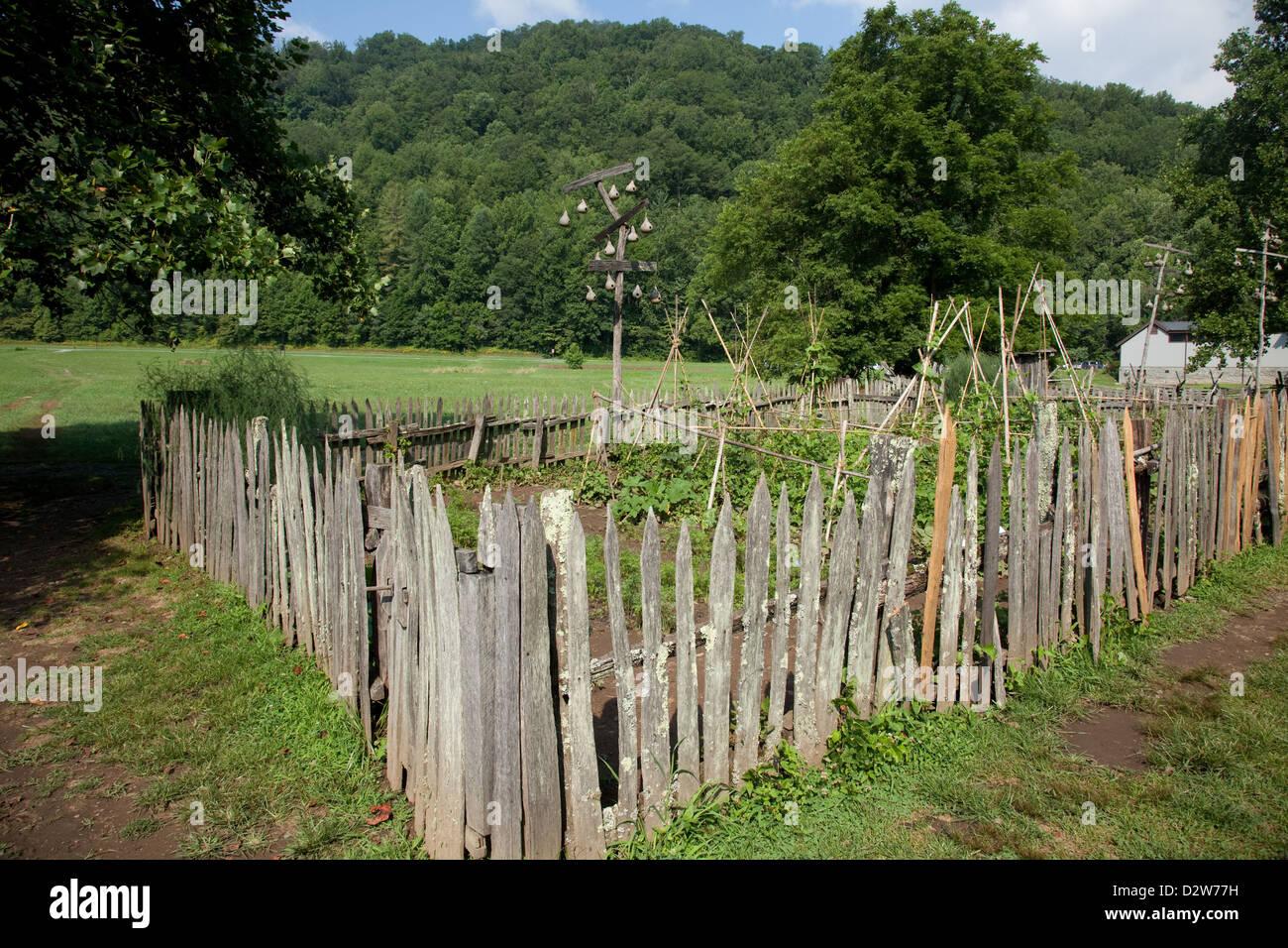 Garden Fence Trees Stockfotos & Garden Fence Trees Bilder Alamy