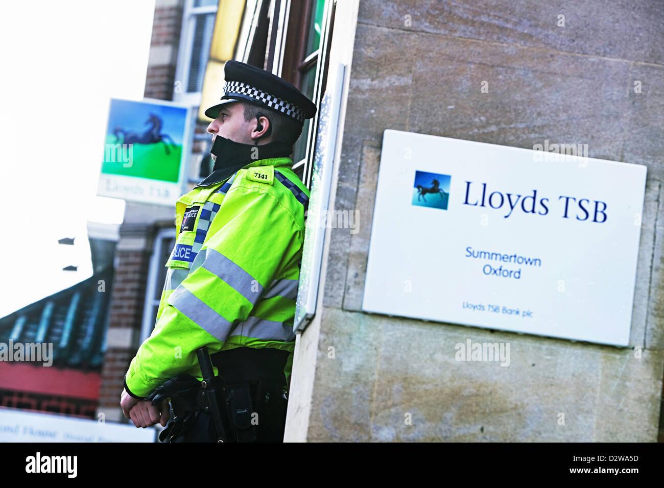 Bewaffnete Raubüberfälle auf Lloyds TSB Niederlassung in Summertown, Oxford Polizeipräsenz. 19.1.12 Stockbild