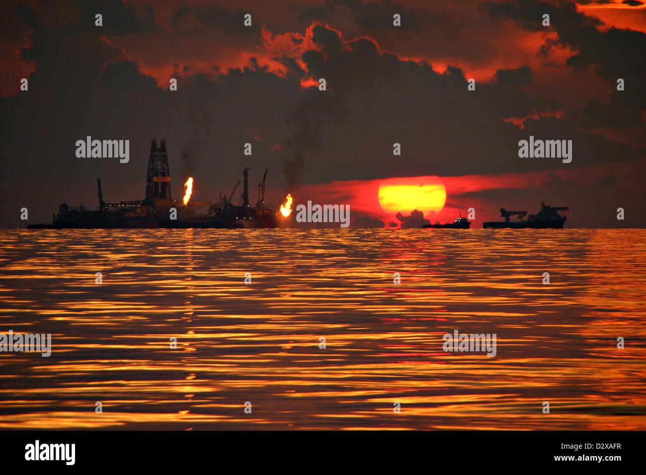 Burning Gas Off Oil Stockfotos & Burning Gas Off Oil Bilder - Alamy
