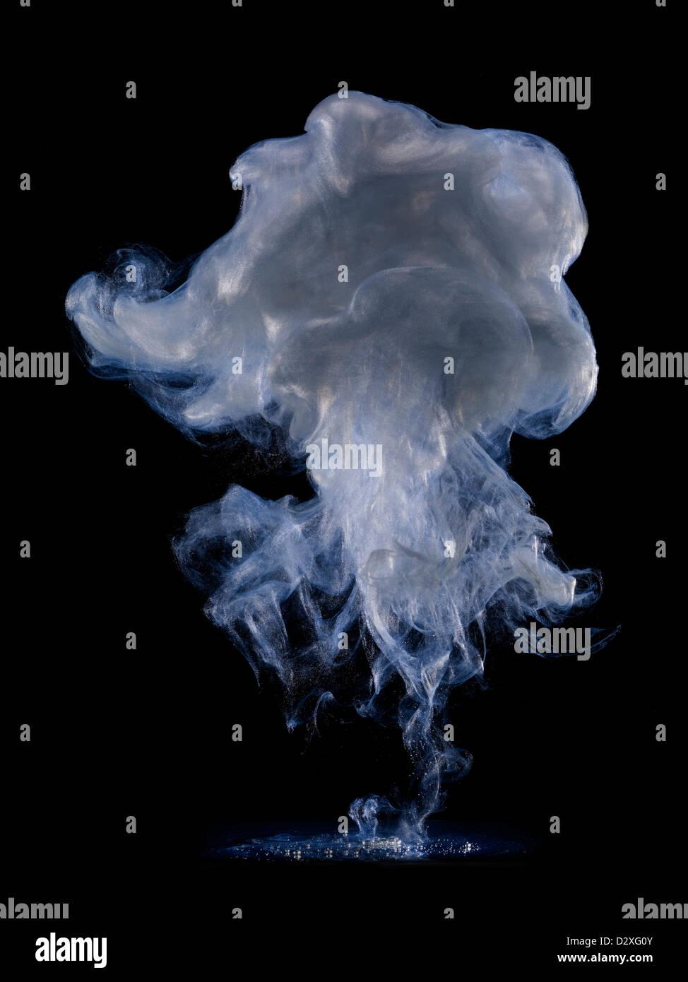 Blaue und graue Rauchwolke Stockbild