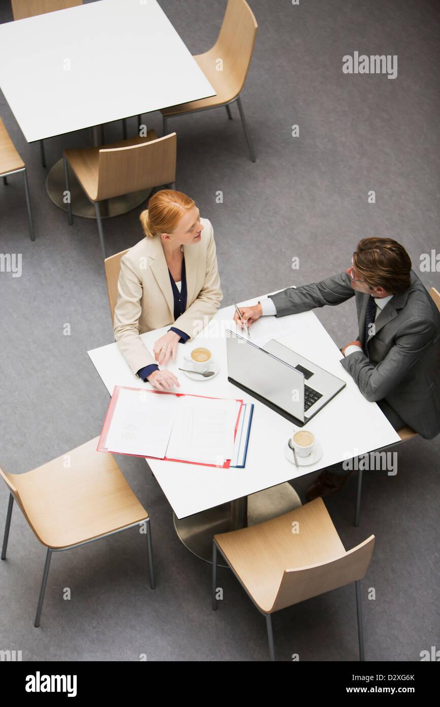 Geschäftsmann und Geschäftsfrau arbeiten im café Stockfoto