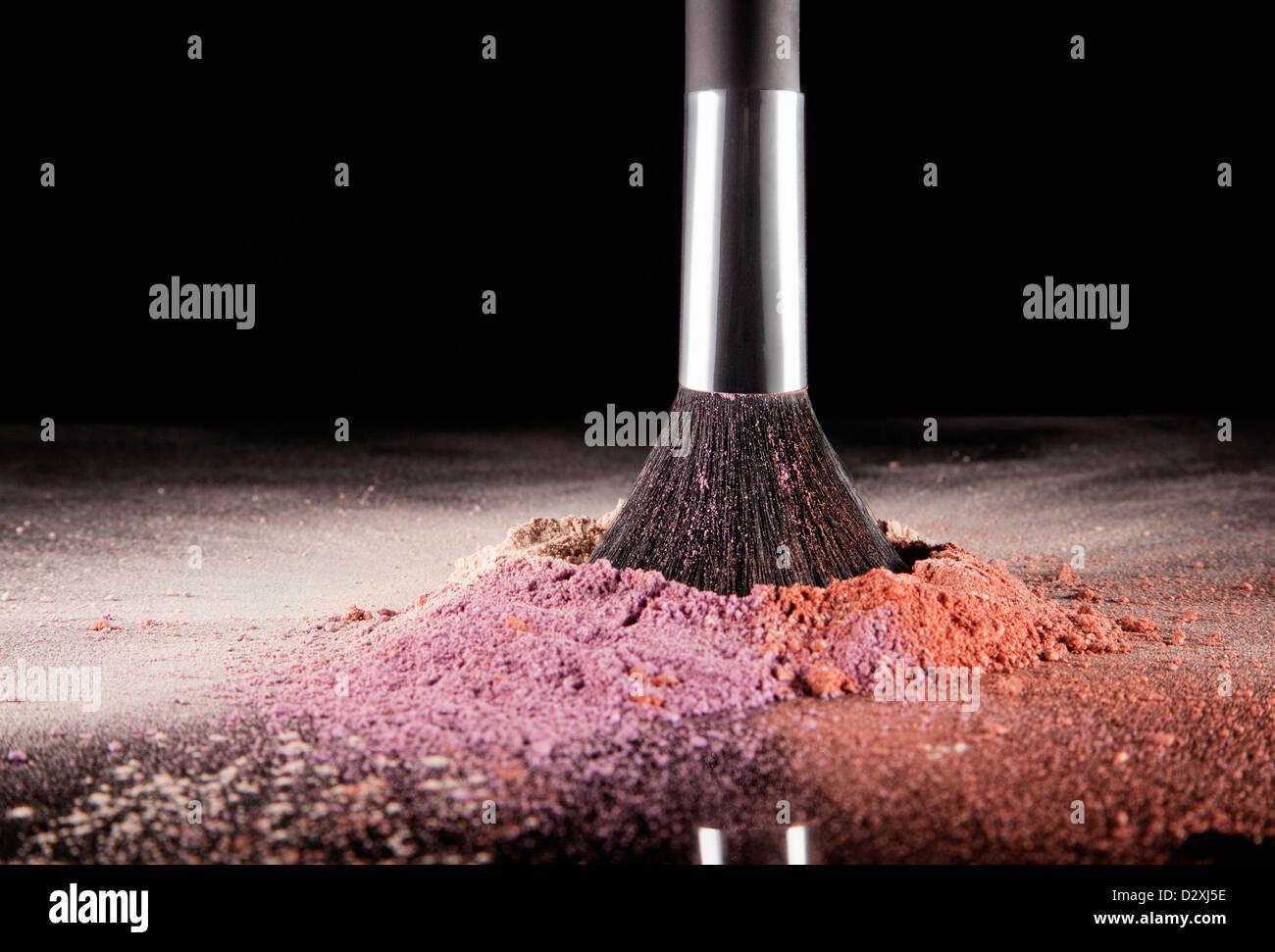 Make-up Pinsel eintauchen in multicolor erröten splatter Stockbild