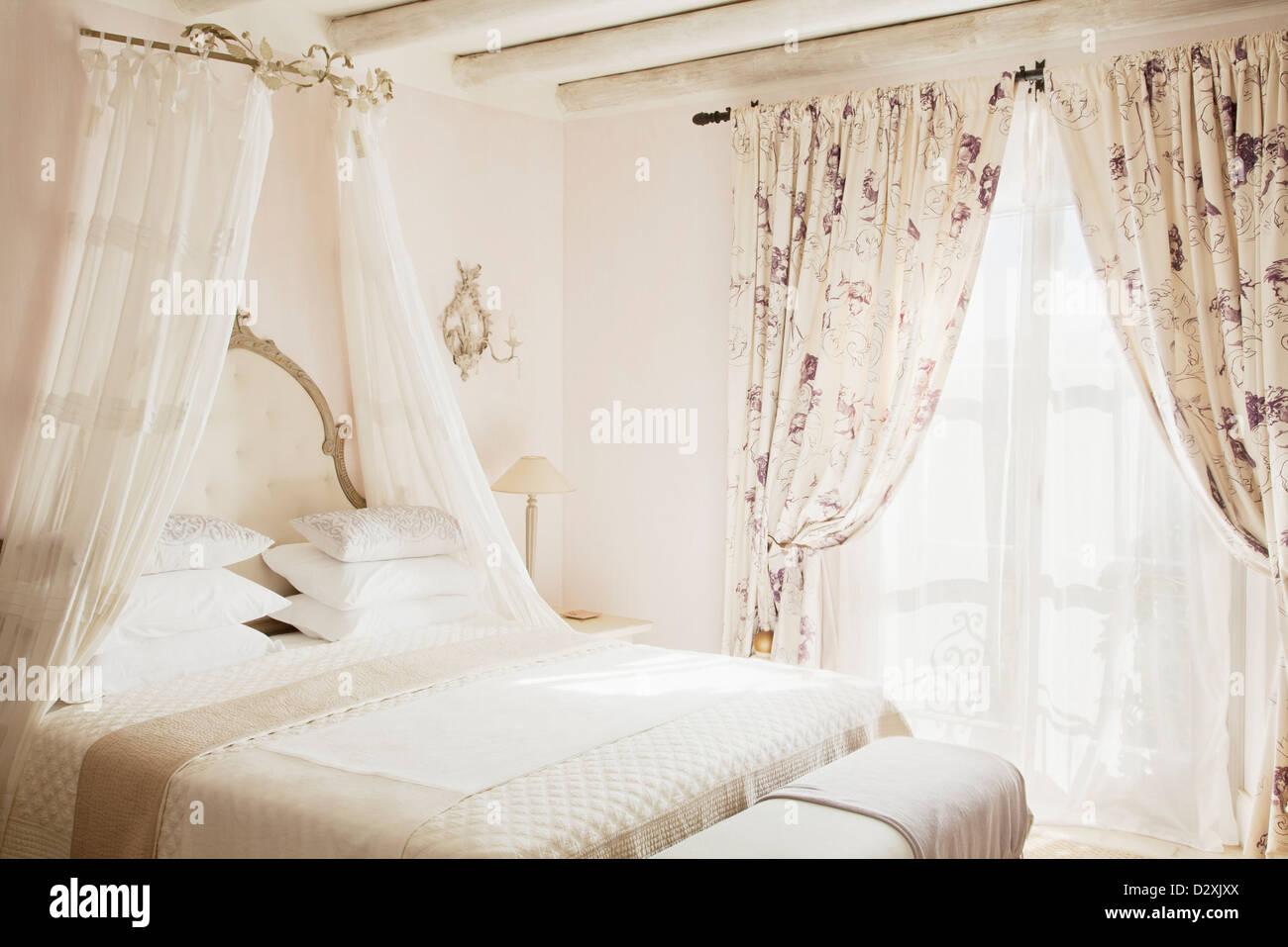 Bett Mit Baldachin In Luxus Schlafzimmer Stockfoto Bild 53446034