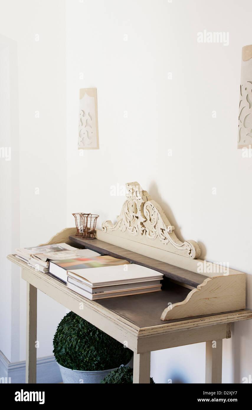 Schreibtisch mit Büchern Stockbild