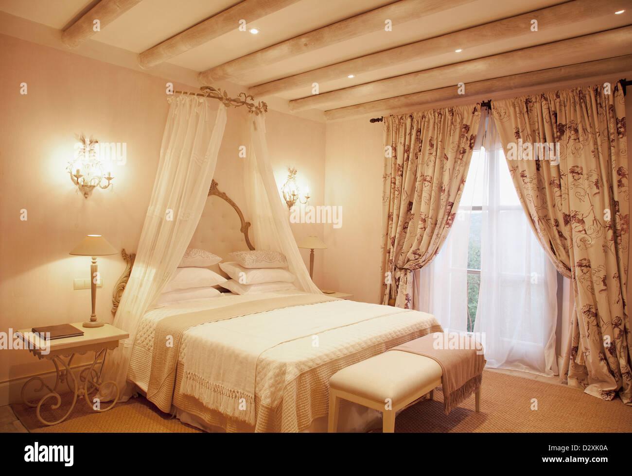 Wandlampen und Baldachin über dem Bett im Schlafzimmer Luxus ...