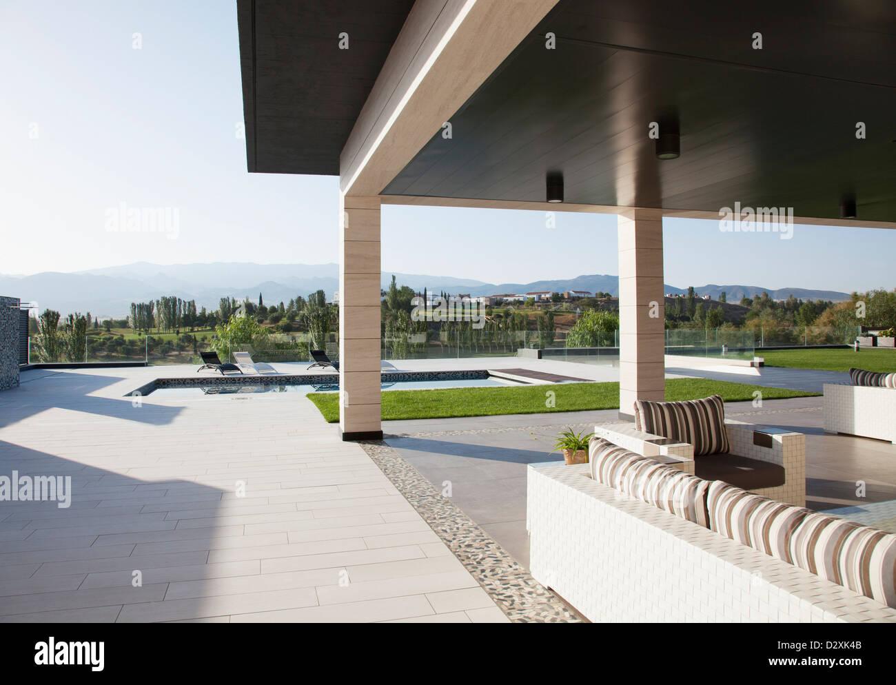 Luxus Terrasse Mit Blick Auf Pool Und Berge Stockfoto Bild