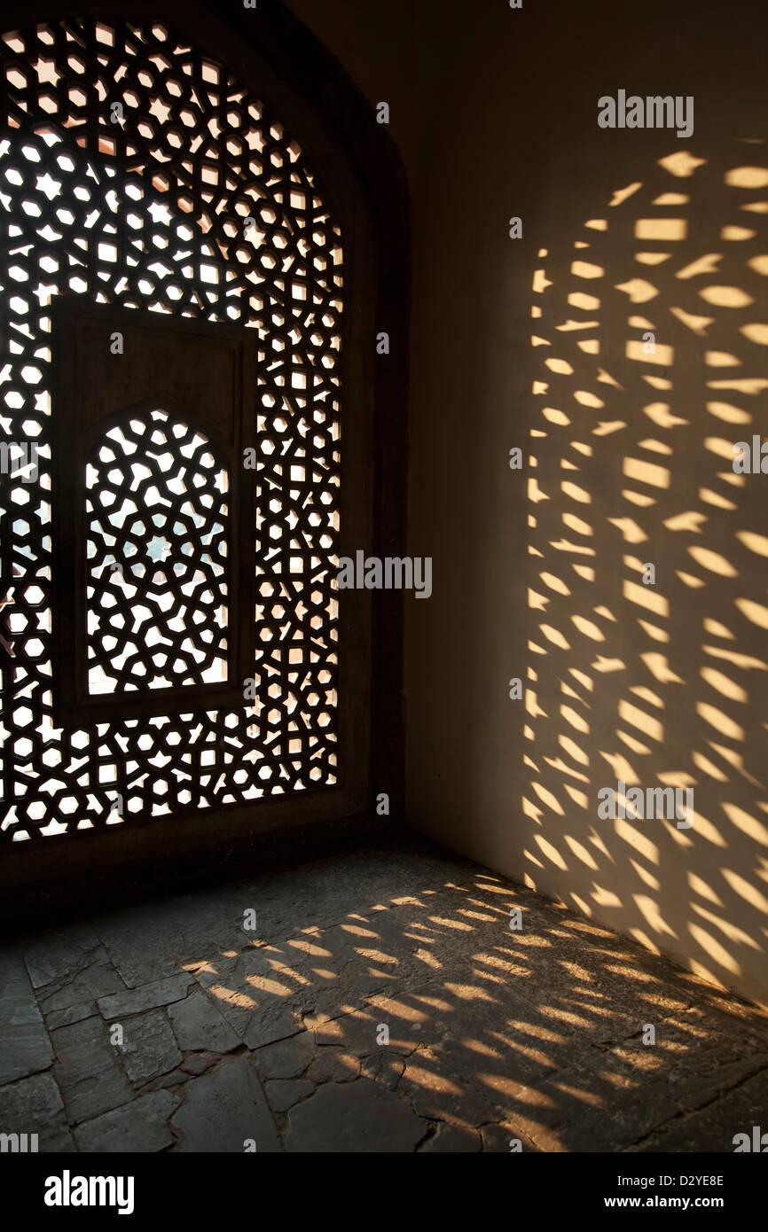 Fenster und Schatten, Humayun Mausoleum, New Delhi, Indien Stockbild