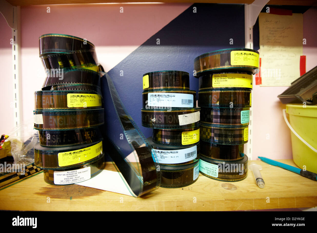 35mm-Kinofilme auf Regal im alten Kino Vorführraum Biggar Saskatchewan Kanada Stockbild