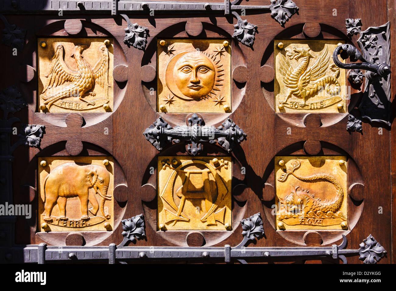 Klassische Elemente Schnitzereien an den Türen der Abtei des Heiligen Thomas, wo Gregor Mendel moderne Genetik Stockbild