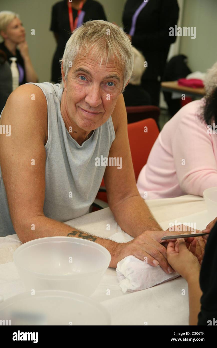 Älterer Mann mit Nagel Maniküre Stockbild