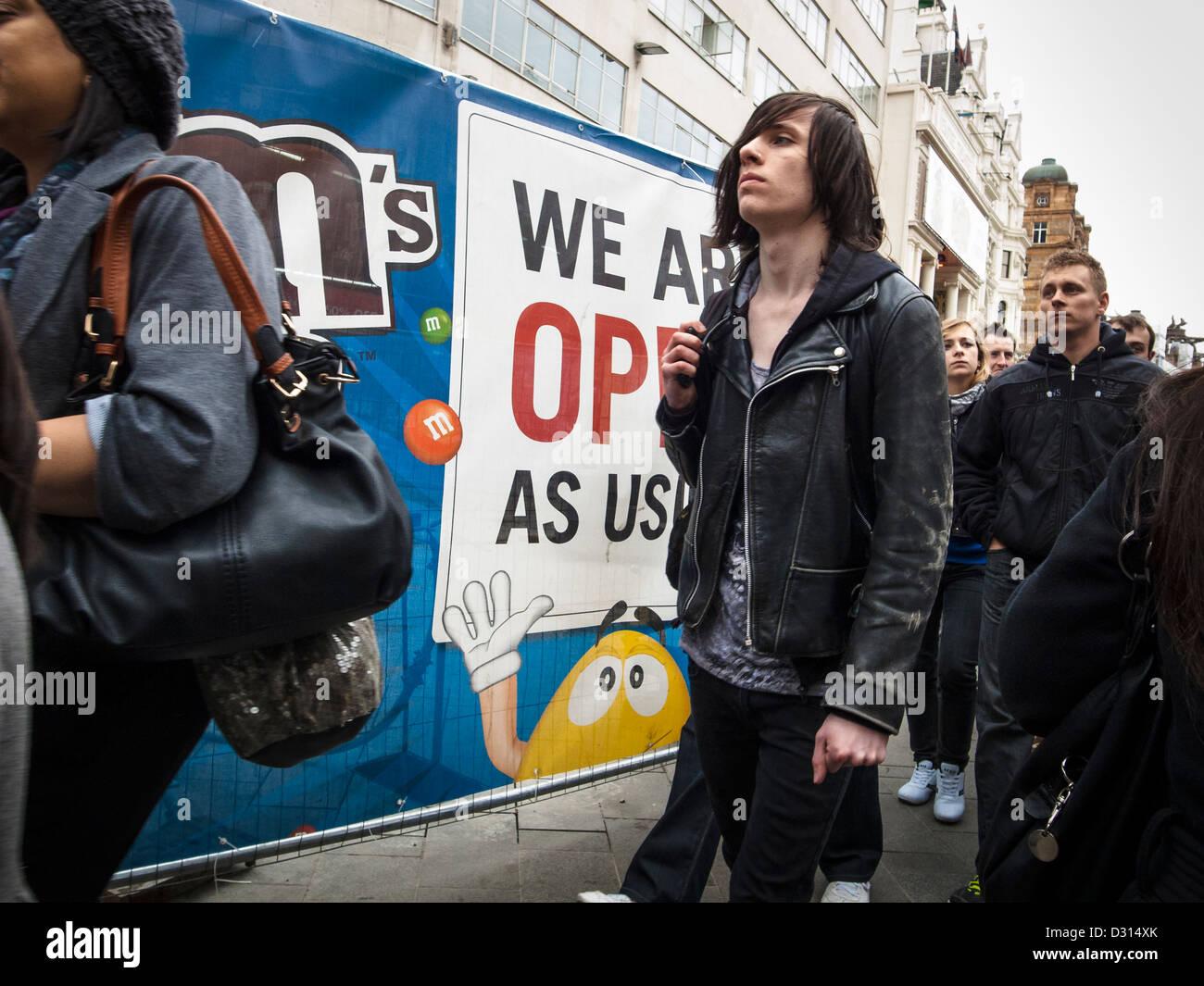 Alternative junger Mann in einem schwarzen Leataher Jacke zu Fuß durch eine mm-ad Stockbild