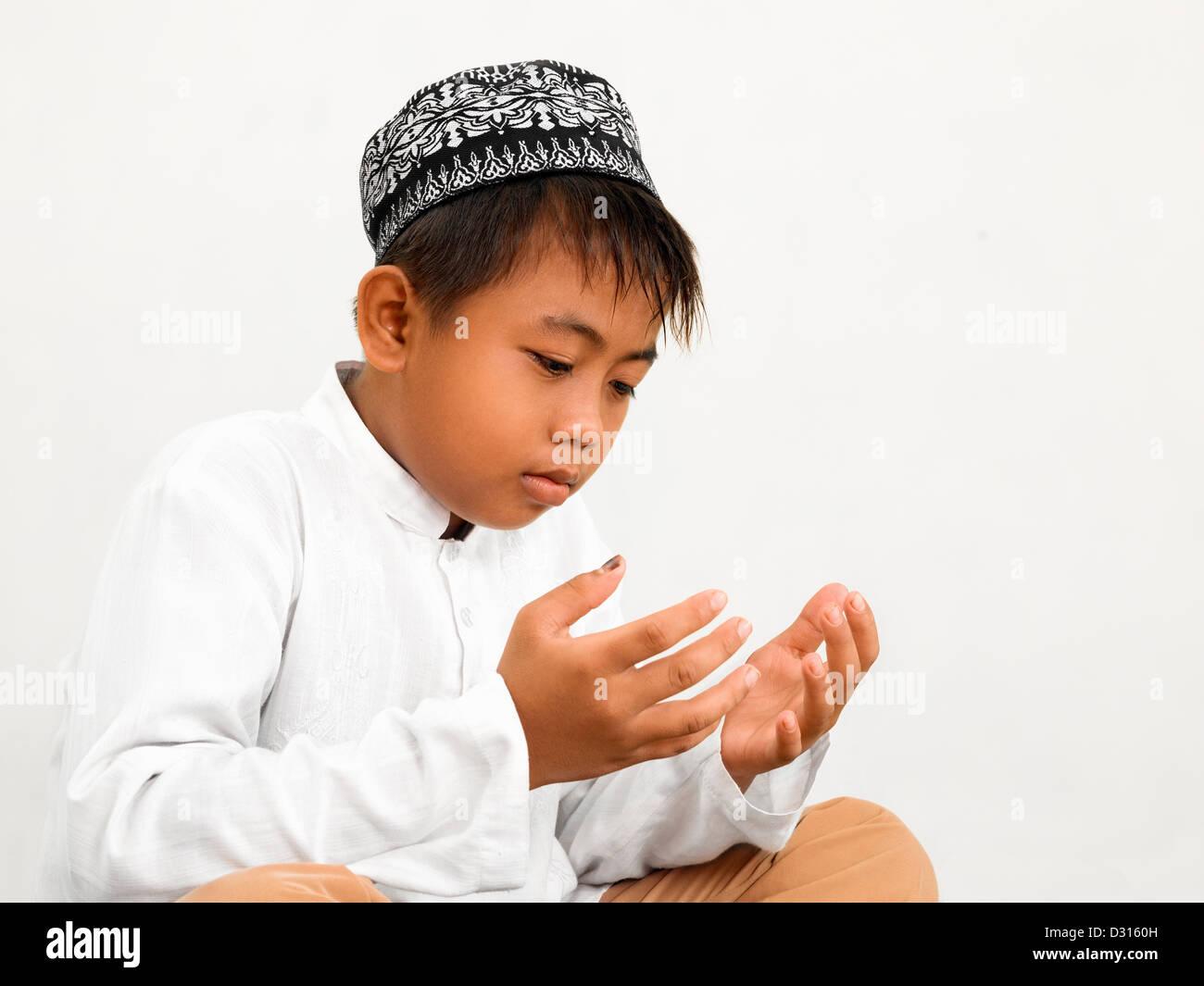 Muslimische Kind beten in der islamischen Schule Stockbild