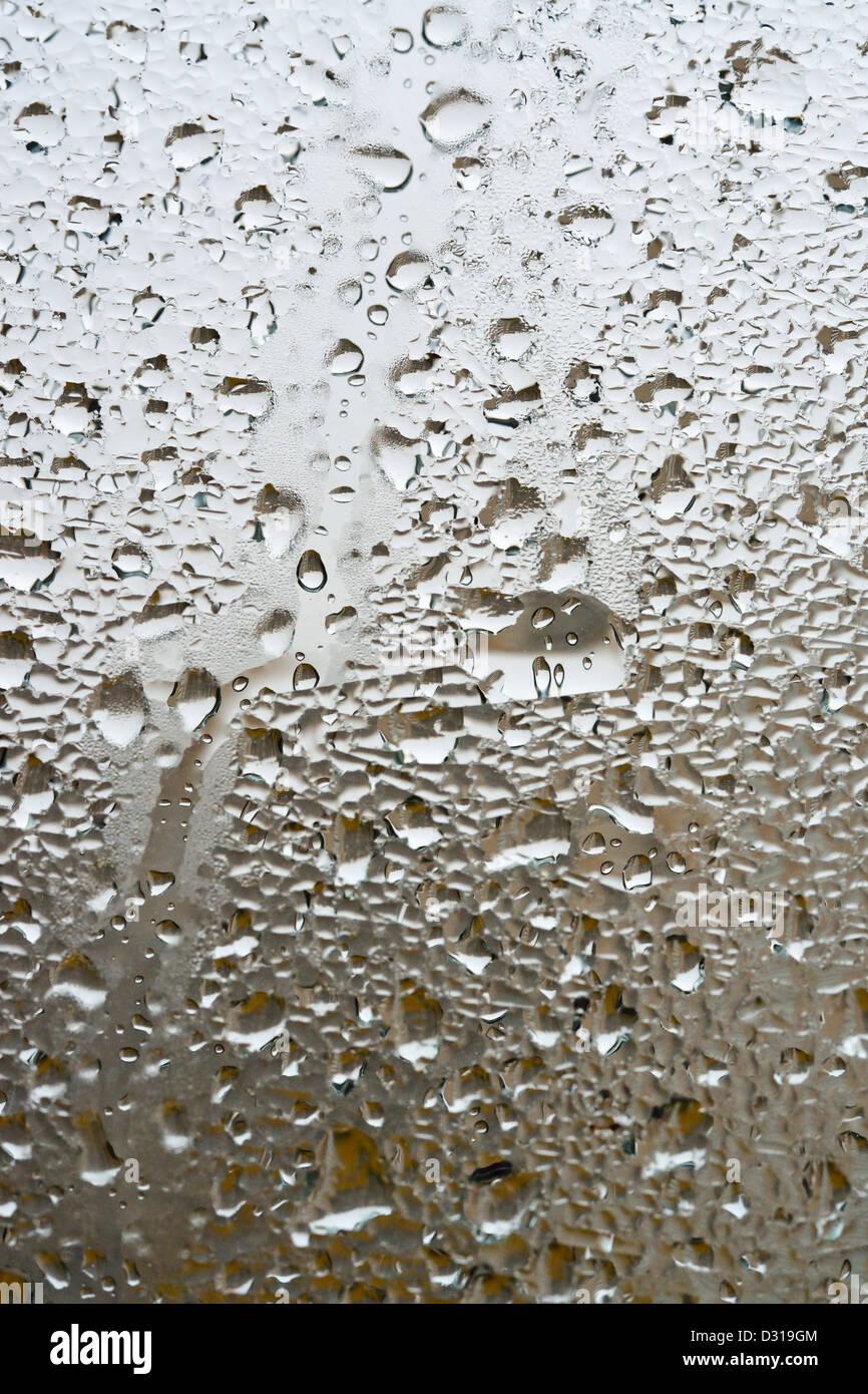 Regen auf einem Fenster hautnah Stockbild