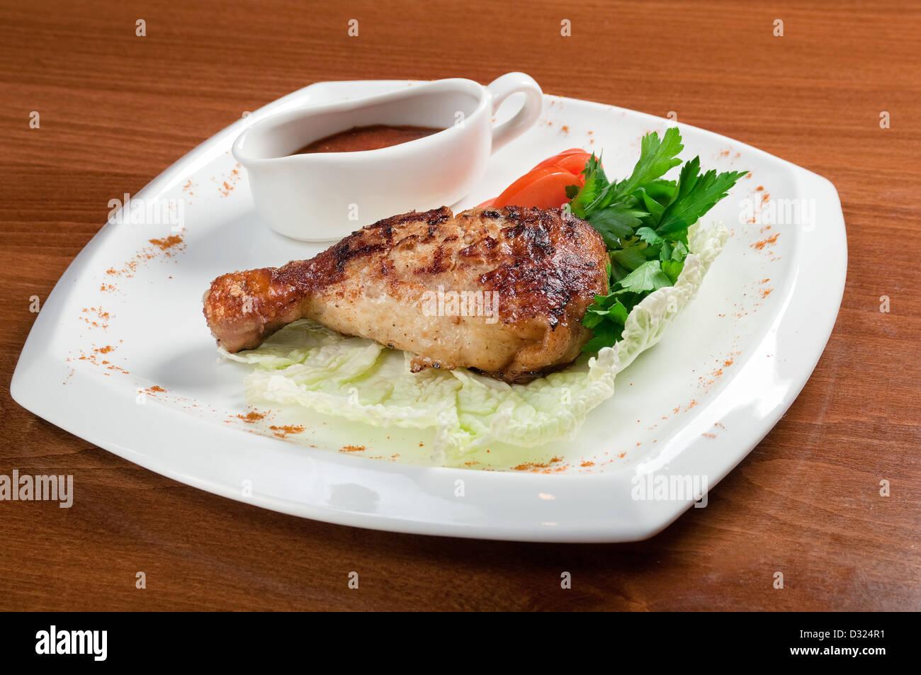Italienische Küche. Gebratene Hähnchenschenkel mit Gemüse Stockbild