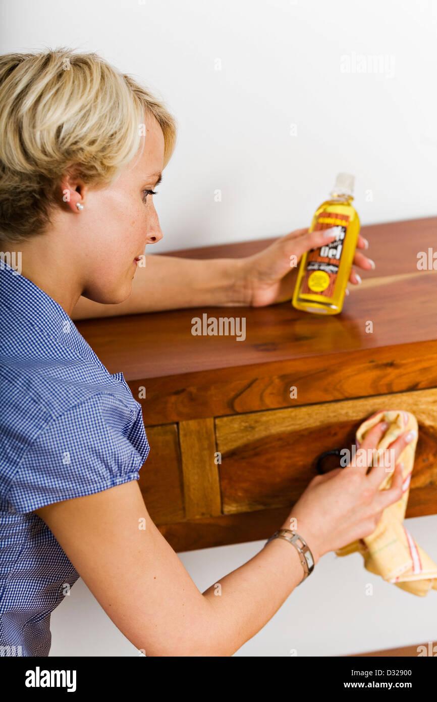 Frau Aus Holz Möbel Polieren Stockfoto Bild 53526032 Alamy