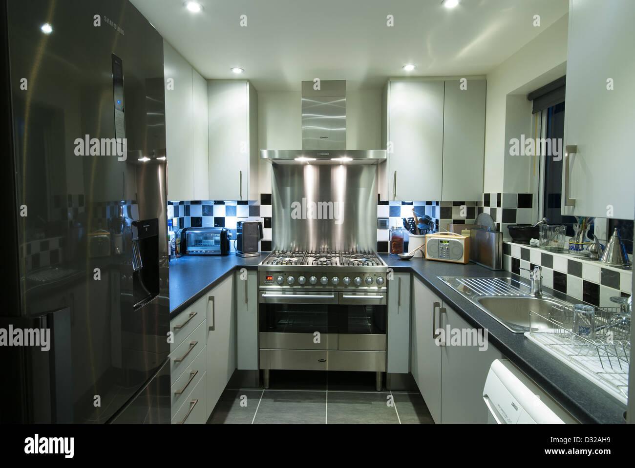 Eine kleine, moderne Küche mit einer Edelstahl-Küchenherd. UK, 2013. Stockbild