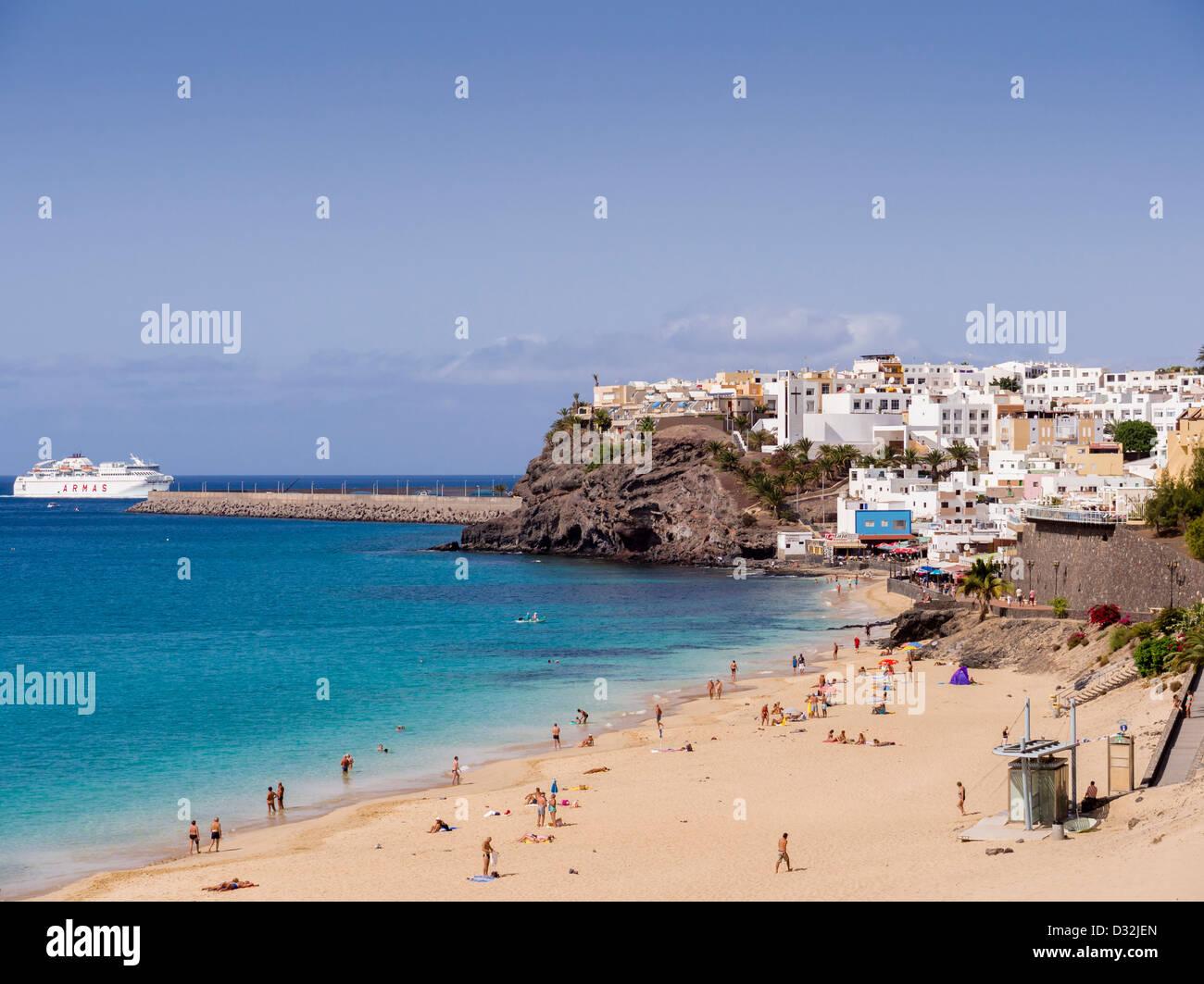 Eine Fähre kommt in den Hafen von Morro Jable, Fuerteventura, Kanarische Inseln. Stockbild