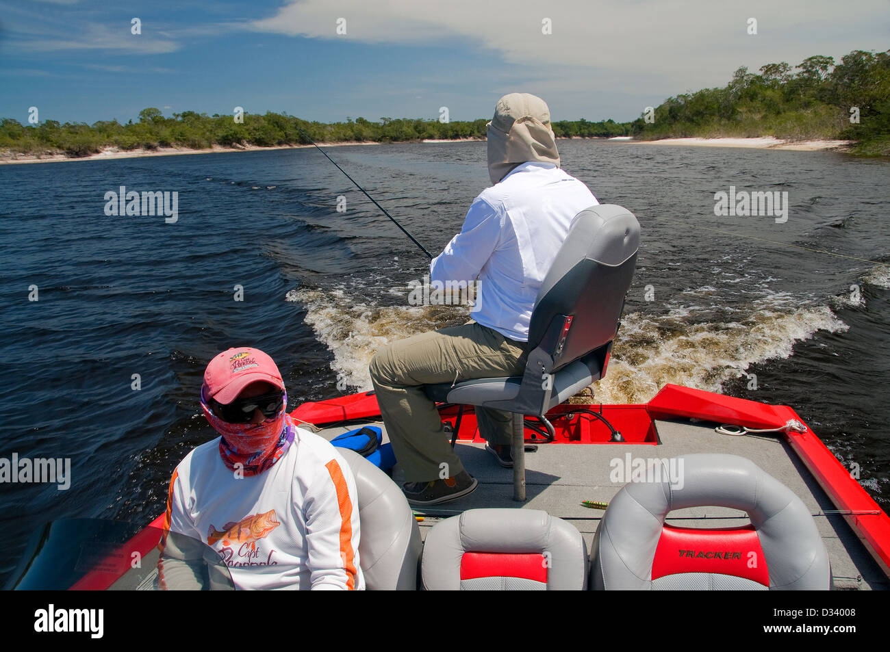 Moderne Bass-Boote sind durch einige Amazonas-Fischen-Ausstatter ...