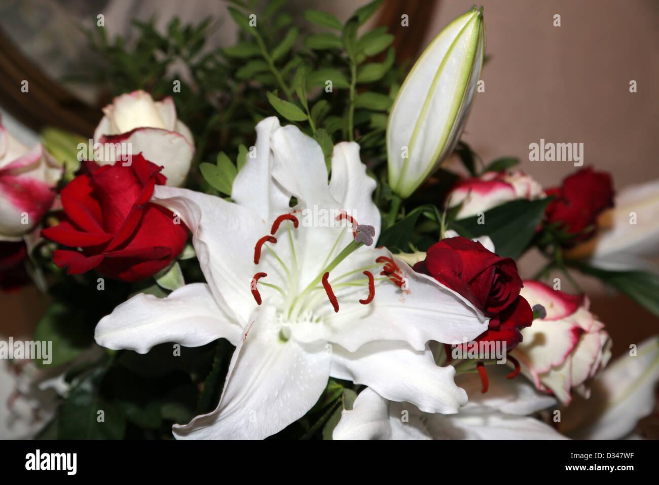 Ein Bukett von Rosen und Lilien Stockbild