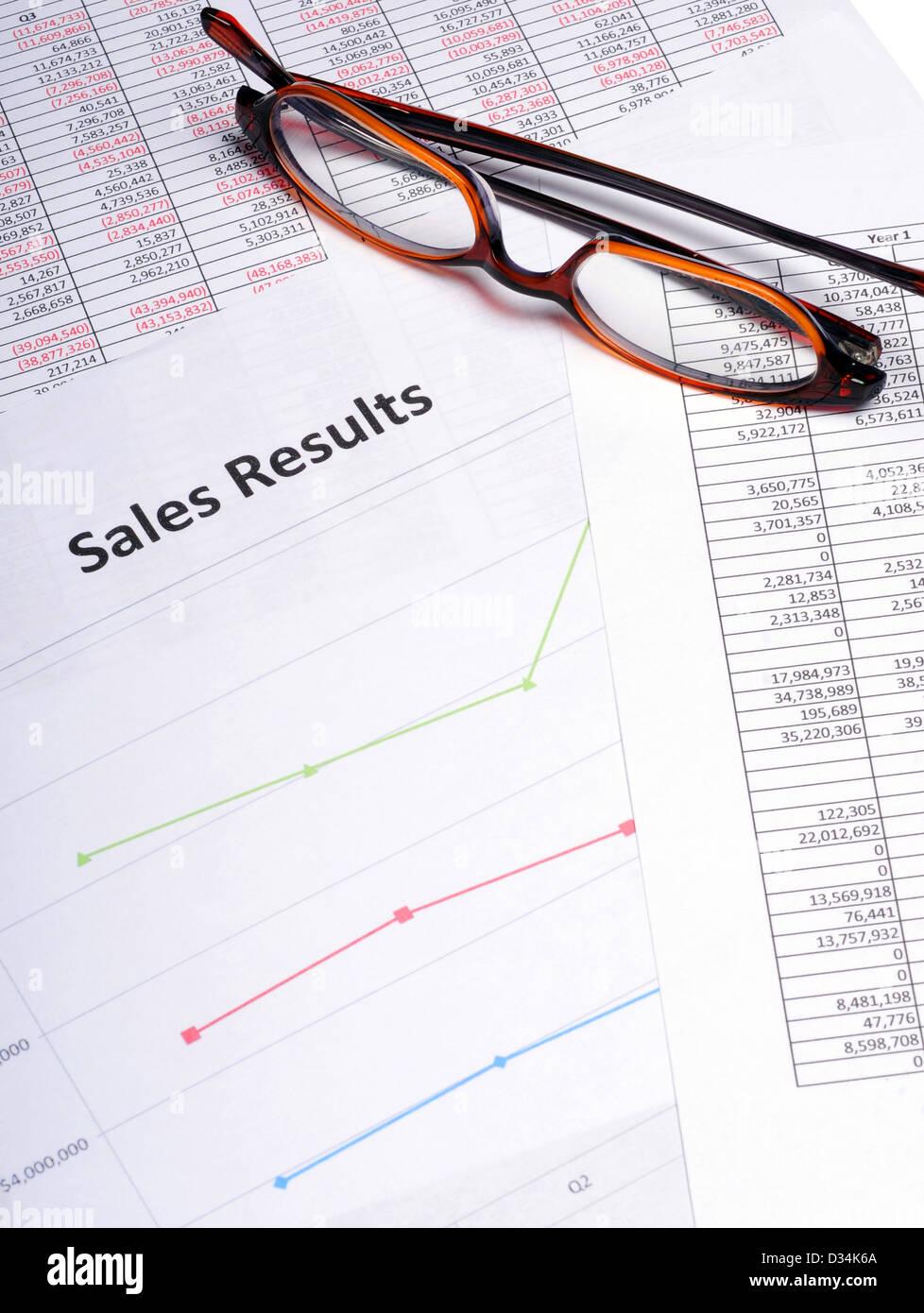 Diagramme und Diagramme, Verkaufsergebnisse mit einer Brille Stockbild
