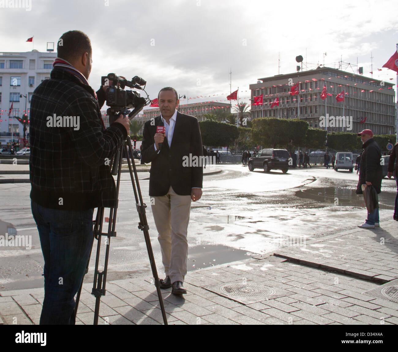 Tunis, Tunesien. BBC Arabic Reporter schießen eine Reportage während der Proteste nach Tunesischen Oppositionsführer Stockbild