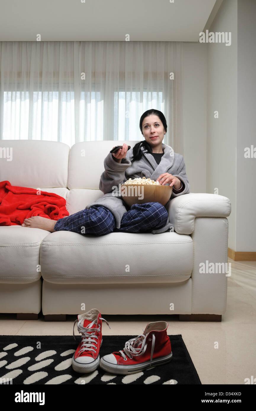 Katze Vor Dem Fernseher Bild: Junge Frau, Die Zu Hause Vor Dem Fernseher Sitzt Auf Einem