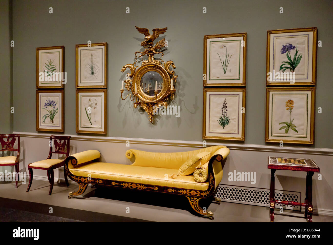 Antike griechische Couch und Gemälde an der Wand Stockbild